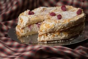 f839cd91837 Vaieldamatult parim Brita Tartu linnas. Selles tordis on rohkelt head  eestimaist vahukoort, suus sulav keeksitaigen ja vaarikad.